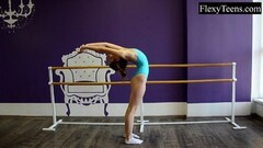Flexible babe shows her talents Thumb