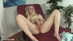 Beauty Catie Parker masturbating Thumb